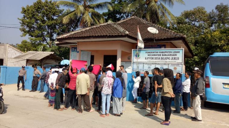 Aksi unjukrasa di depan kantor desa Bojongjuruh, Kecamatan Banjarsari, Kabupaten Lebak, Senin (1/7/2019). (Foto: TitikNOL)
