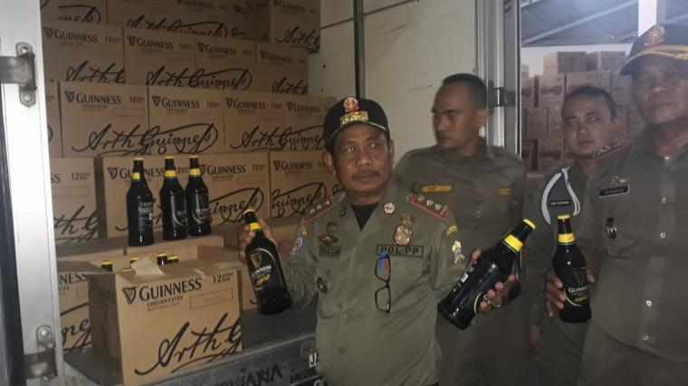 Petugas Satuan Polisi Pamong Praja (Satpol PP) Kota Serang, sita 340 dus dari gudang PT Esham Dima Mandiri di Legok, Kecamatan Taktakan, Kota Serang. Selasa, (02/07/2019). (Foto: TitikNOL)
