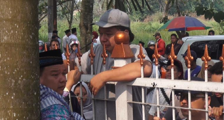 Momen haru terlihat saat salah satu jamaah haji bertemu dengan kerabatnya di pagar Pemkot Serang. (Foto: TitikNOL)