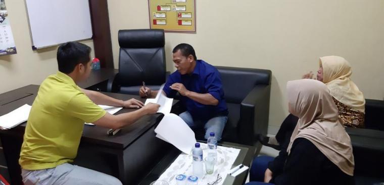Tersangka JM, Kades Pudar saat menandatangani BAP dugaan kasus korupsi. (Foto: TitikNOL)