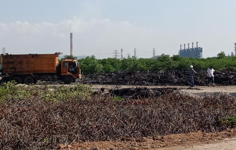 Lahan Pelabuhan Warnasari yang dijadikan tempat pembuangan lumpur dari PT Lotte Chemical. (Foto: TitikNOL)