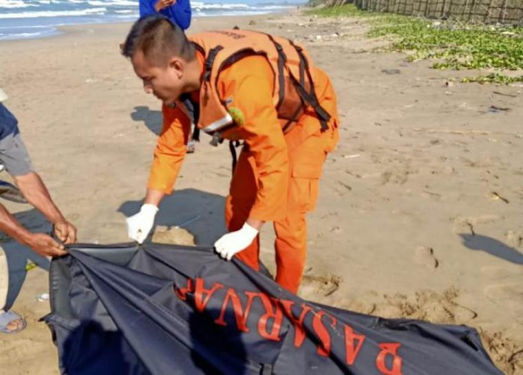 Nelayan yang hilang selama empat hari karena laka laut kapal KM Sri Rejeki yang terbalik di Pesisir Pantai Borokoy Desa Cikiruhwetan, Kecamatan Cikeusik, Kabupaten Pandeglang. (Foto: TitikNOL)