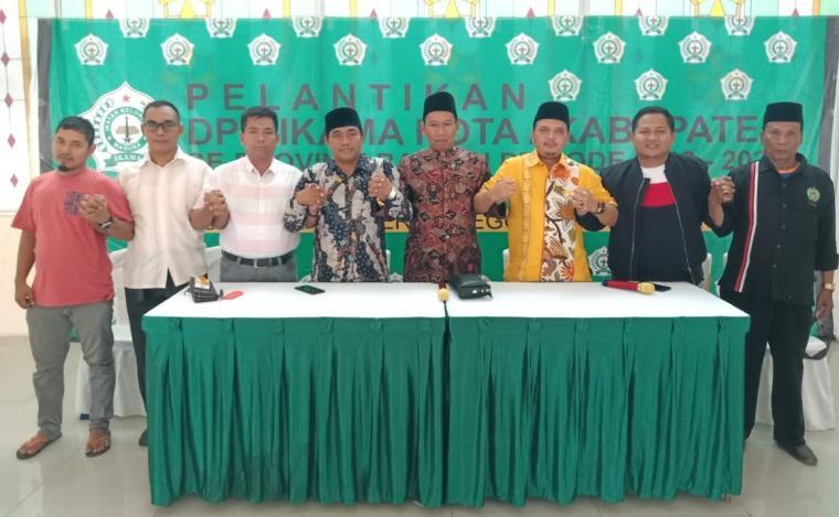 Ketua DPW IKAMA Provinsi Banten, Abdul Hannan Busmar foto bersama dengan pengurus DPP IKAMA dan DPC IKAMA Kota Cilegon usai konfrensi pers di Aula Islamic Center Kota Cilegon. (Foto: TitikNOL)