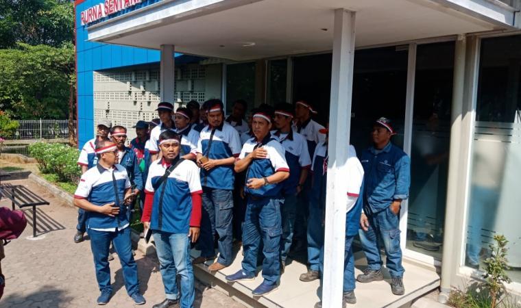 Buruh outsaurcing saat memberikan keterangan kepada awak media di depan kantor PT PSB. (Foto: TitikNOL)