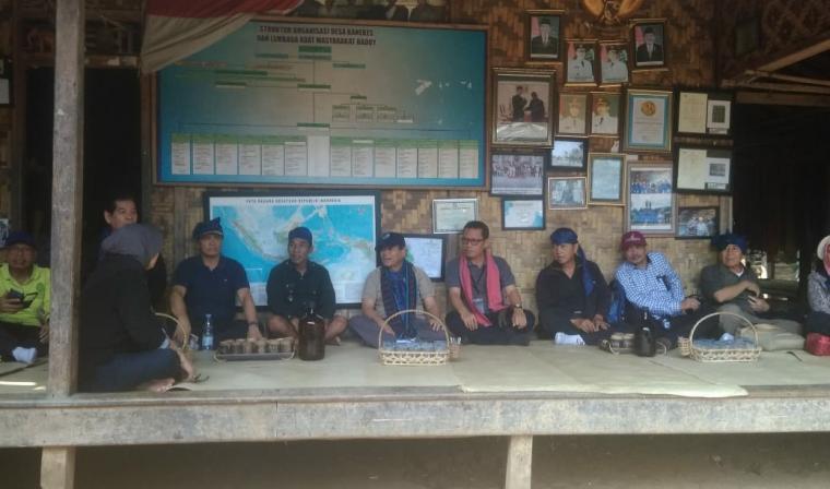 Ketua Pengadilan Tinggi Banten Haryanto SH MH, menemui warga Suku Adat Baduy, di Kampung Kadu Ketug, Desa Kanekes, Kecamatan Leuwidamar, Jumat (26/7/2019). (Foto: TitikNOL)