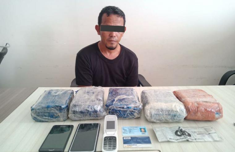 MN (39) warga Kramat Jati, Jakarta Timur dan barang bukti 5 kg sabu, tiga unit handphone, satu kartu ATM Mandiri, uang tunai Rp868 ribu dan satu unit Mobil Mitsubishi Grandis Warna hitam. (Foto: TitikNOL)