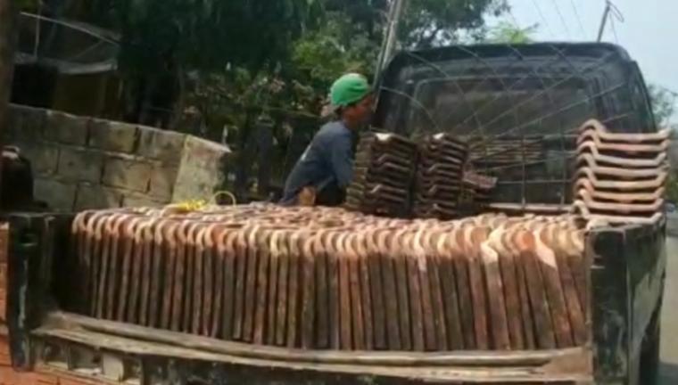 Material bangunan berupa genteng bekas di salah satu Sekolah Dasar Negeri (SDN) di Kecamatan Wanasalam, Kabupaten Lebak. (Foto: TitikNOL)