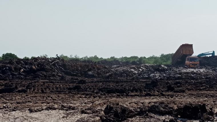 Lahan Pelabuhan Warnasari yang dijadikan tempat pembuangan lumpur PT Lotte Chemical Indonesia. (Foto: TitikNOL)