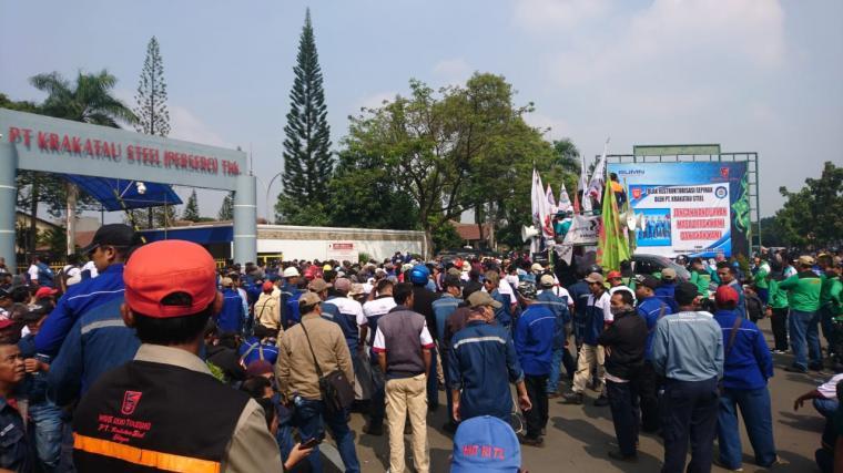 Buruh saat melakukan unjuk rasa di Gedung Teknologi PT Krakatau Steel. (Foto: TitikNOL)