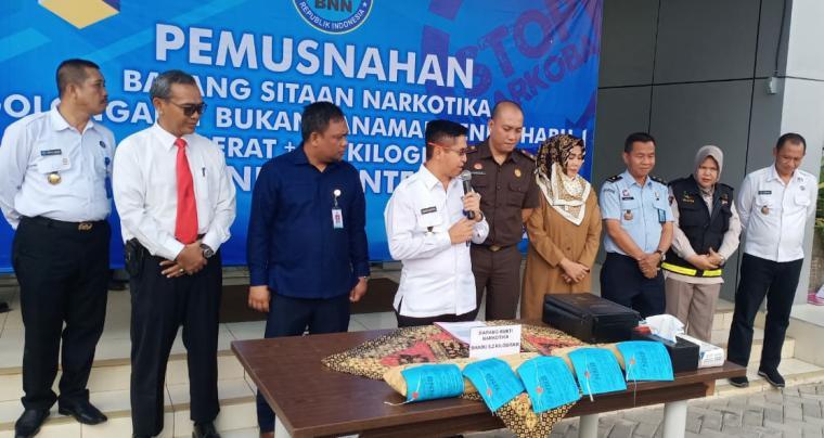 Pemusnahan 5 paket narkotika jenis sabu dengan bruto 5,2 Kilogram di halaman Kantor BNNP Banten, Senin (29/7/2019). (Foto: TitikNOL)