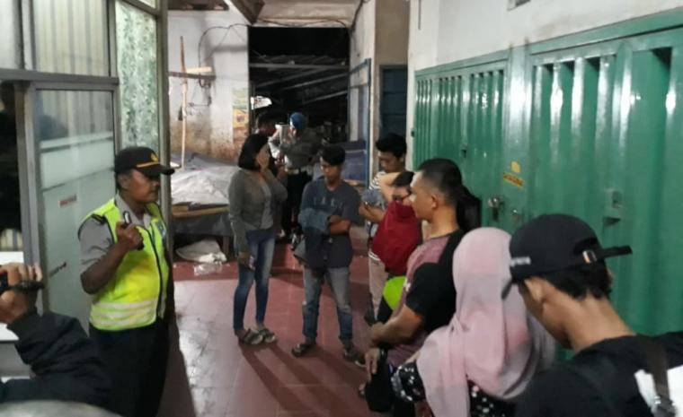 Pasangan bukan suami isteri yang terjaring operasi cipta kondisi yang digelar Kepolisian Resort (Polres) Lebak dan Polsek Rangkasbitung, sekira pukul 24.00 WIB, Sabtu (13/7/2019) malam. (Foto: TitikNOL)