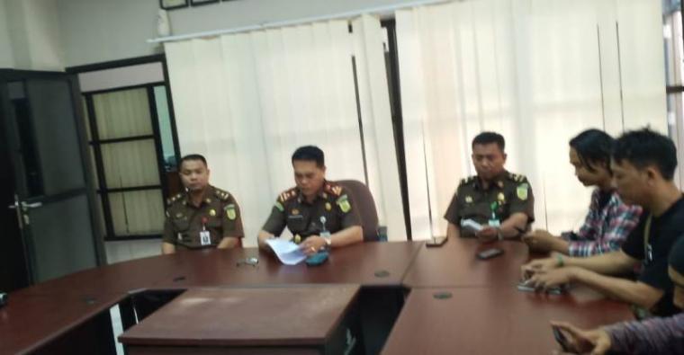Kajari Serang, Azhari saat memberikan keterangan kepada wartawan. (Foto: TitikNOL)