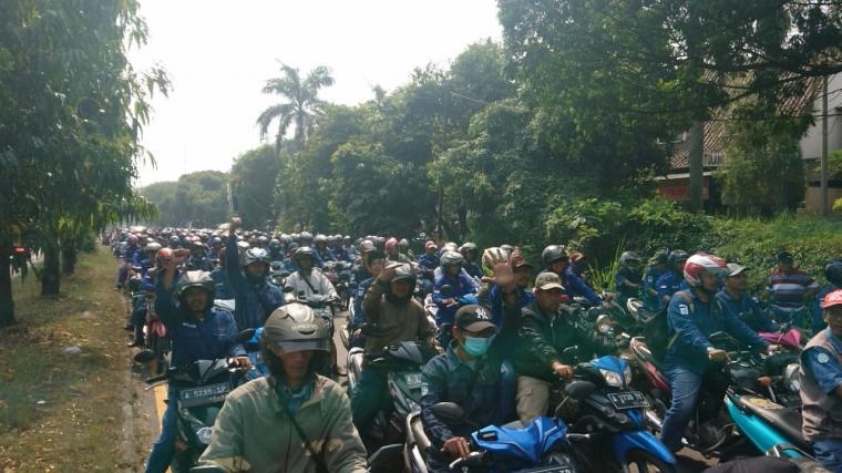 Buruh outsourcing memblokir jalan menuju kawasan industri Krakatau Steel. (Foto: TitikNOL)