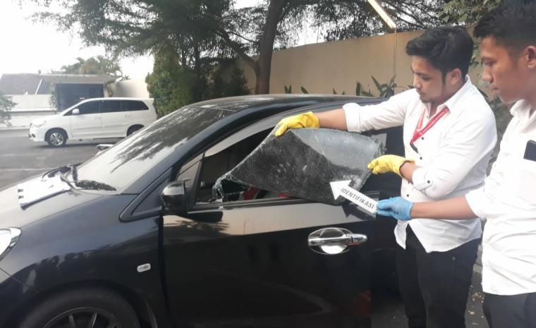 Modus pecahkan kaca mobil di Hotel Ratu Horison, Serang, Senin (15/7/2019). (Foto: TitikNOL)