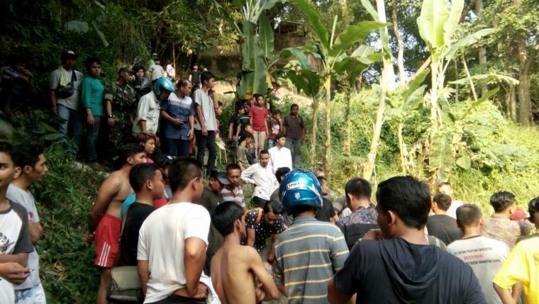 Kerumunan warga di lokasi penemuan mayat di bawah jembatan Sungai Cibanten, Kota Serang, Jumat (12/7/2019). (Foto: TitikNOL)