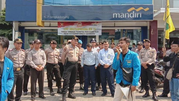 Aksi unjukrasa puluhan mahasiswa yang tergabung di Pergerakan Mahasiswa Islam Indonesia (PMII) Cabang Kabupaten Lebak di depan Bank Mandiri yang berkantor di Rangkasbitung, Kamis. (4/7/2019)