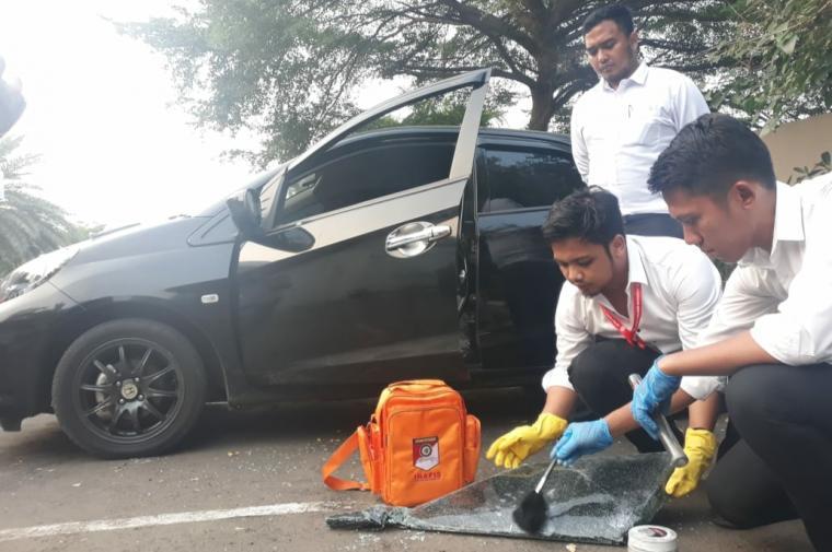 modus pecah kaca mobil di halaman parkir Hotel Horison Ultima Ratu, Kebon Jahe, Kota Serang. (Foto: TitikNOL)