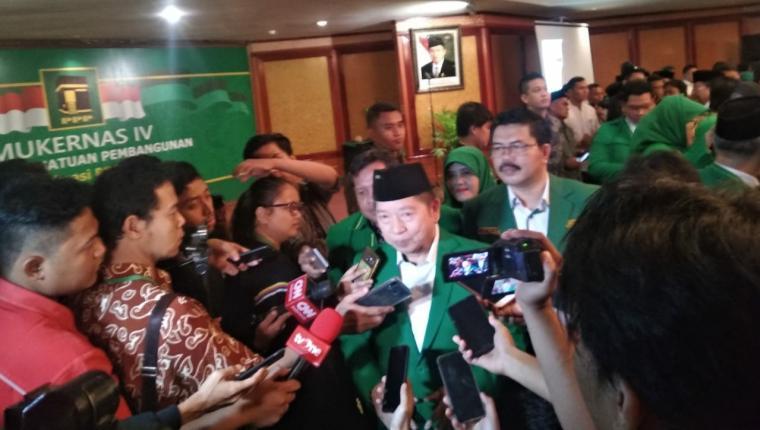 Pelaksana Tugas (Plt) Ketua Umum Partai Persatuan Pembangunan (PPP) Suharso Monoarfa saat di wawancarai oleh sejumlah awak media. (Foto: TitikNOL)