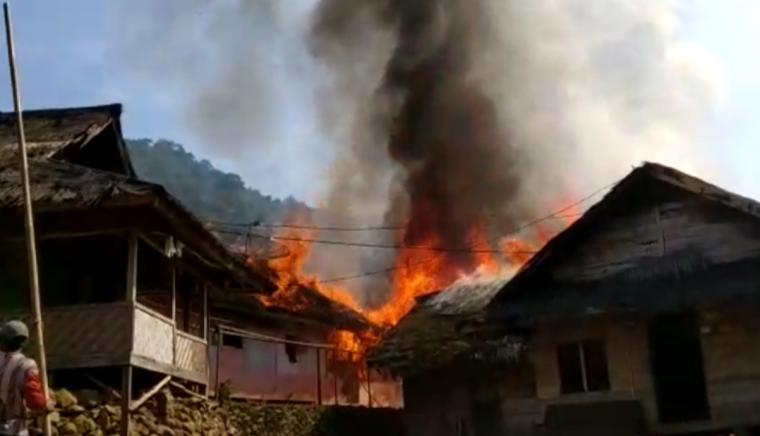 Kebakaran yang terjadi di wilayah Kaolotan Pasir Eurih, Desa Sindanglaya, Kecamatan Sobang, Kabupaten Lebak. (Foto: TitikNOL)