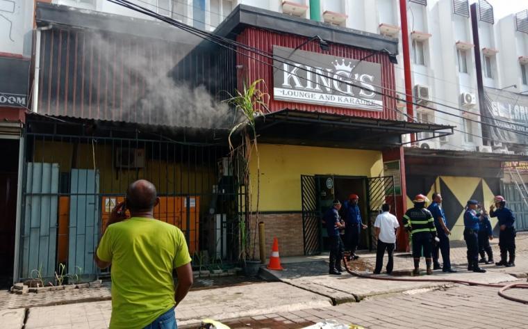 Petugas pemadam kebakatan berupaya memadamkan api di tempat hiburan malam King's yang berlokasi di Jalan Lingkar Selatan Cilegon. (Foto: TitikNOL)