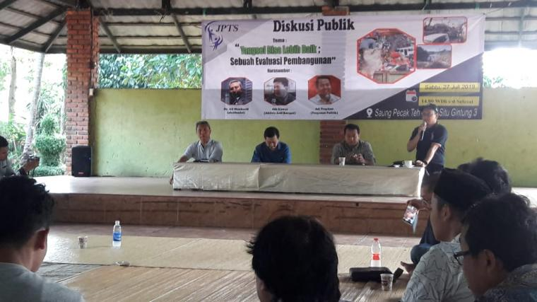 Suasana diskusi publik yang digelar Jaringan Pemilih Tangerang Selatan (JPTS) di salah satu rumah makan di Ciputat, Kota Tangsel. Sabtu (27/7/2019). (Foto: TitikNOL)
