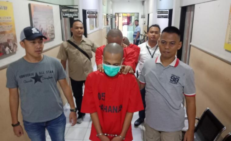 Tiga pelaku pembacokan saat digiring petugas ke ruang tahanan Polres Cilegon. (Foto: TitikNOL)