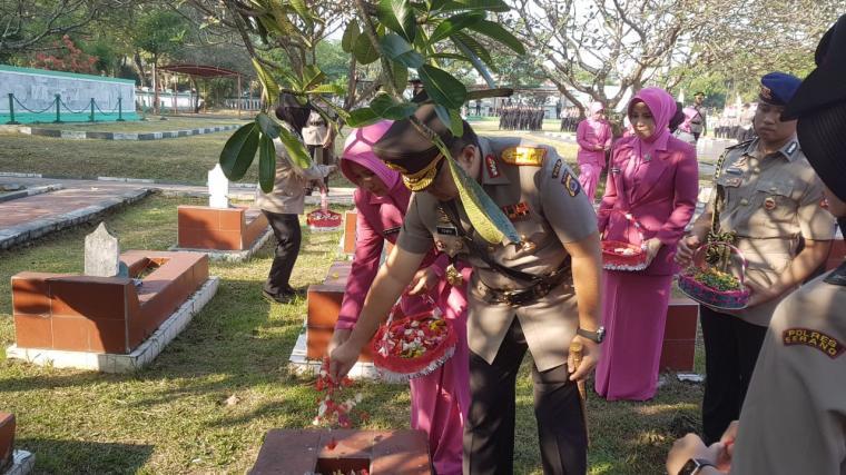 Suasana ziarah di Taman Makam Pahlawan (TMP) Ciceri, Kota Serang, Senin, (01/07/2019). (Foto: TitikNOL)