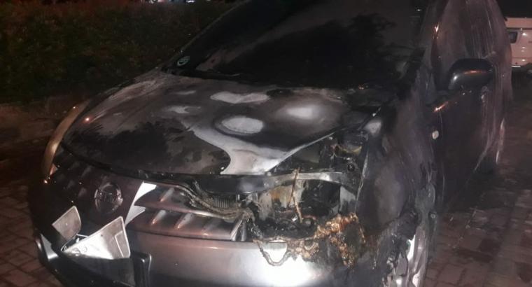 Mobil livina yang terbakar di area parkir Mall Of Serang, Jumat malam (26/ 7/219). (Foto: TitikNOL)