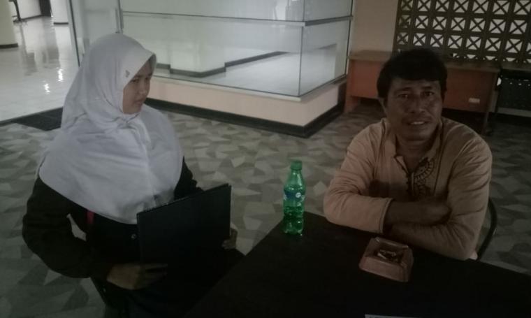 Yusni Imron (54), salah satu orang tua murid asal Kota Serang, saat melaporkan pihak SMKN 1 Kota Serang ke Inspektorat Provinsi Banten. (Foto: TitikNOL)