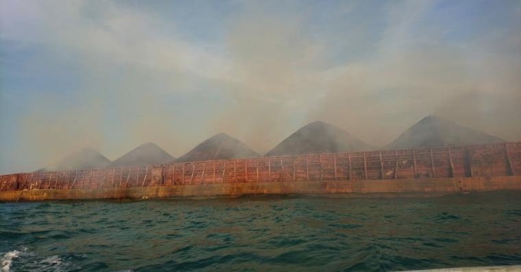 Batu bara di kapal tongkang terbakar di Perairan Pulorida. (Foto: TitikNOL)