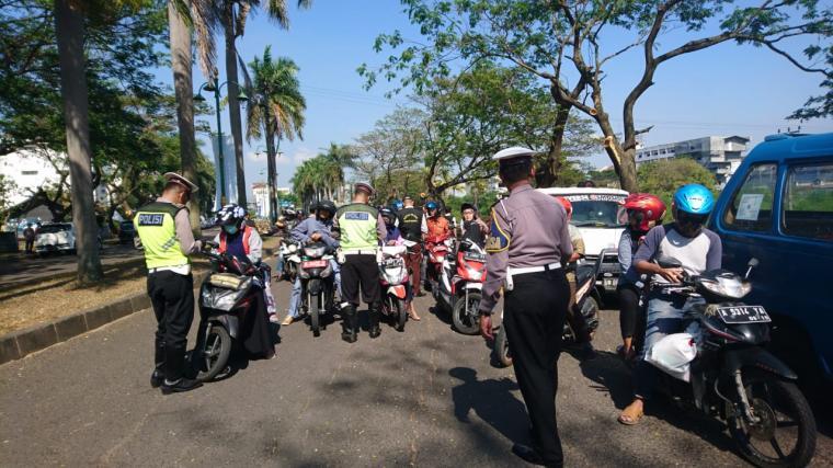 Satlantas Polres Cilegon bersama petugas UPT Samsat Cilegon menggelar razia pajak kendaraan di kawasan Bonakarta. (Foto: TitikNOL)