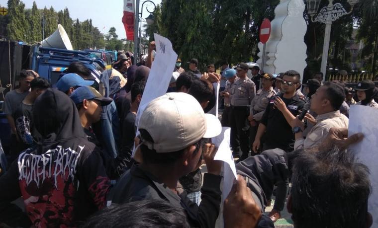 Para pendemo saat menggelar aksi di depan kantor Kejaksaan Negeri Cilegon. (Foto: Ist)