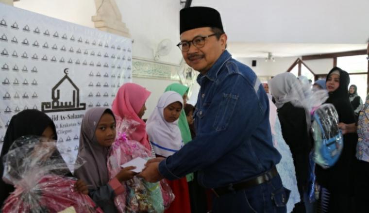 Direktur Produksi PT Krakatau Steel Djoko Muljono saat memberikan santunan anak yatim di Masjid As-Salaam. (Istimewa).