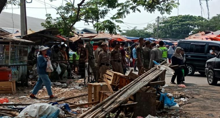 Lapak pedagang di Pasar Kranggot ditertibkan Disperindag dan Satpol PP Kota Cilegon. (Foto: TitiNOL)