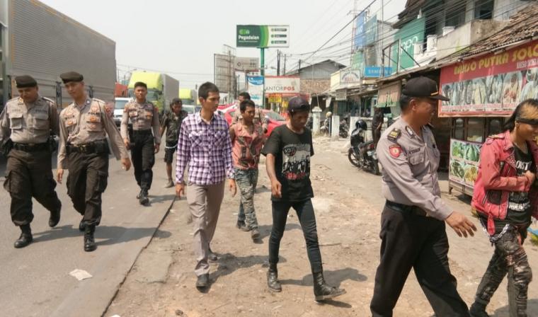 Belasan preman dan anak jalanan (punk) diamankan personil gabungan Polres Serang dalam Operasi Penyakit Masyarakat (Pekat) Kalimaya 2019. (Foto: TitikNOL)