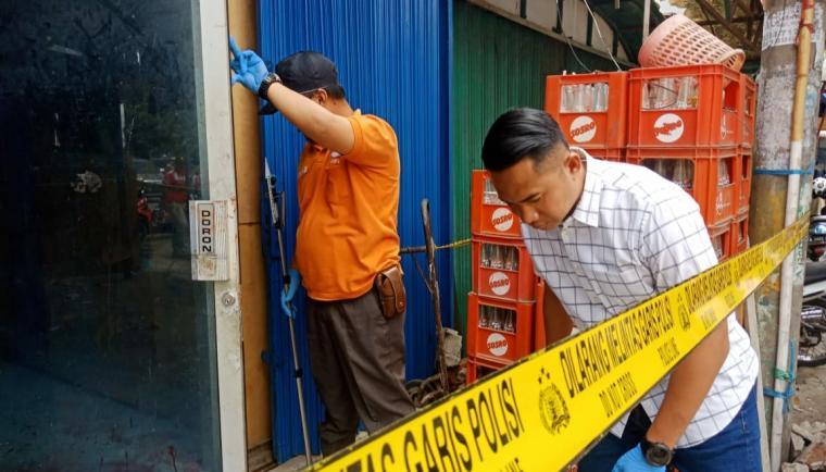 Kasat Reskrim Polres Cilegon, AKP Zamrul Aina memimpin langsung olah TKP tewas bos toko sembako di Komplek PCI Blok D Kelurahan Cibeber, Kota Cilegon. (Foto: TitikNOL)