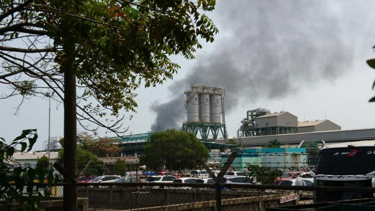 Asap hitam keluar dari PT Asahimas Chemical. (Foto: TitikNOL)