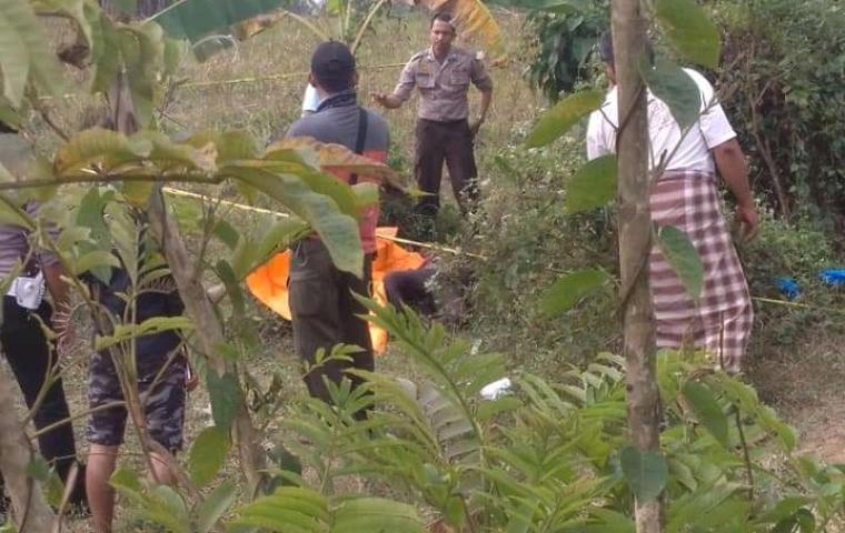 Anggota Polsek Maja dibantu warga, saat evakuasi mayat perempuan tanpa identitas. (Foto: TitikNOL)