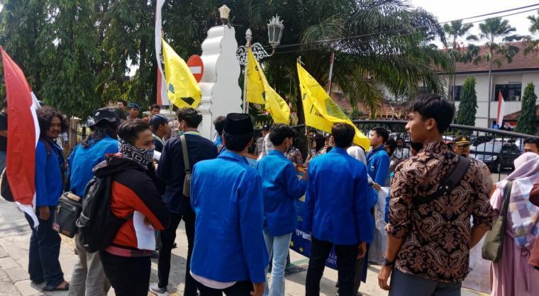 Mahasiswa menggelat aksi unjuk rasa di depan Kantor Walikota Cilegon. (Foto: TitikNOL)