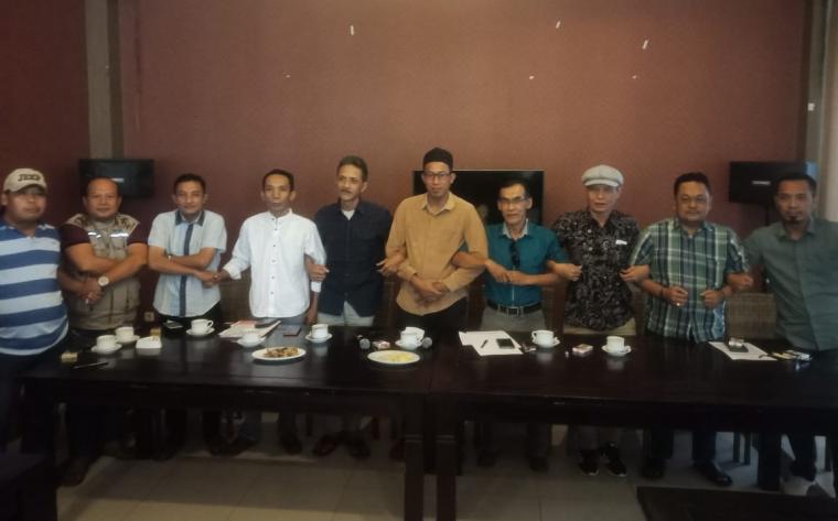 Tim 9 FKPC foto bersama usai memberikan keterangan pers kepada awak media di salah satu rumah makan. (Foto: TitikNOL)