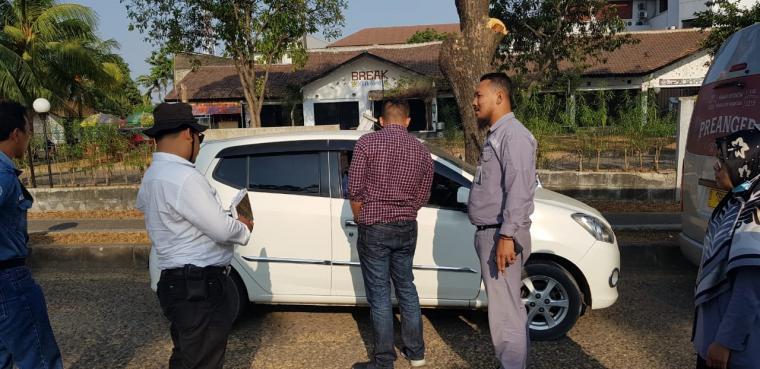 Ketugas kepolisian saat melakukan olah TKP pencurian dengan modus pecah kaca di Bonakarta Cilegon. (Istimewa).