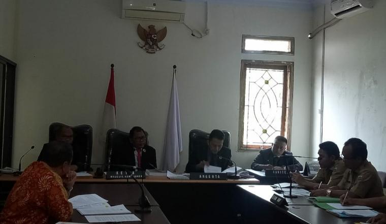 Sidang lanjutan ajudikasi sengketa kasus Keterbukaan Informasi Publik (KIP) soal Biaya Operasional Pimpinan (BOP) Provinsi Banten. (Foto: TitikNOL)