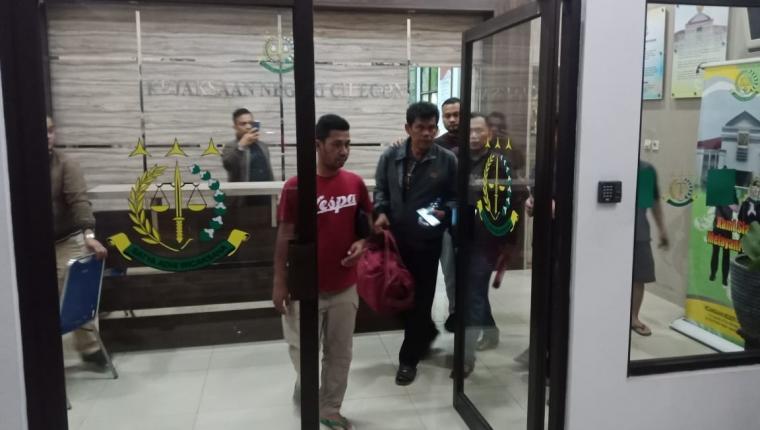 Terpidana korupsi, Biston Manurung saat akan dijebloskan Tim Kejari Cilegon ke Lapas Kelas II Cilegon. (Foto: TitikNOL)