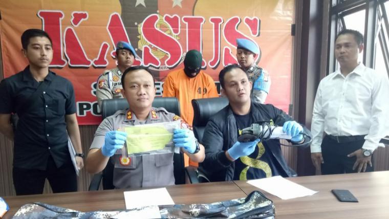 Kapolres Serang, AKBP Indra Gunawan didampingi Kasatreskrim AKP Maryadi menunjukan barang bukti saat menggelar ekspose di Mapolres Serang, Rabu (28/8/2019). (Foto: TitikNOL)