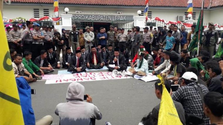 aksi unjukrasa di depan halaman kantor DPRD setempat, Senin, (26/8/2019). (Foto: TitikNOL)