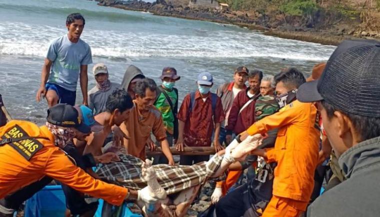 Jasad nelayan yang hilang di pantai Muara Citarate, Desa Cirendeu, Kecamatan Cilograng, Kabupaten Lebak pada Minggu (25/8/2019) lalu. (Foto: TitikNOL)