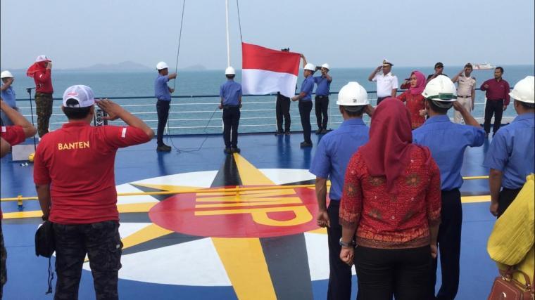 Upacara bendera merah putih di deck atas KMP Elvina yang tengah berlayar di Perairan Selat Sunda. (Foto: Ist)