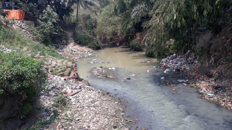Tumpukan sampah di Sungai Cibanten. (Foto: TitikNOL)