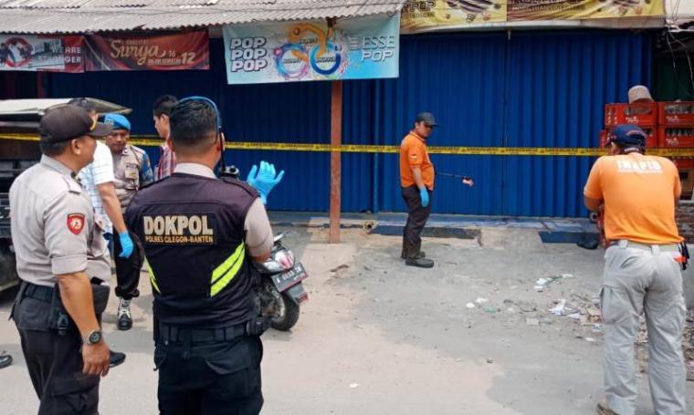 Polisi melakukan identifikasi kasus dugaan pembunuhan di Komplek PCK Blok D Cibeber, Kota Cilegon. (Foto: TitikNOL)