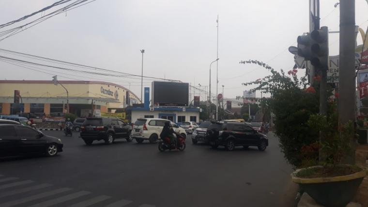 Arus lalu lintas di salah satu lampu merah di jalur protokol di Kota Serang, semrawut akibat lampu merah mati. (Foto: TitikNOL)